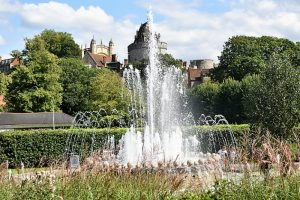 A large fountain with windsor castle in the background
