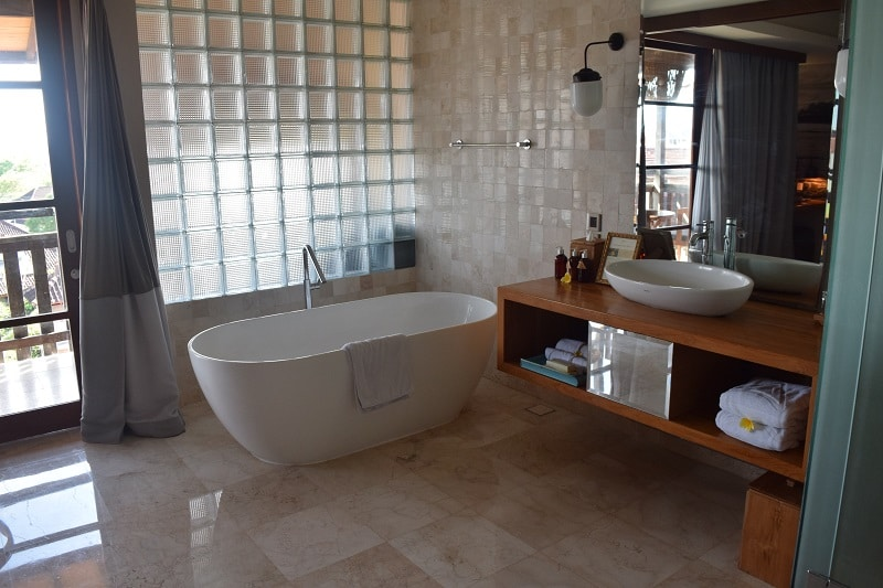A free standing bathtub in a luxury hotel room, the perfect way to unwind after an ealry 5th day in your 7 day Bali itinerary