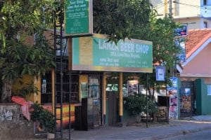 A shop with a green sign saying 'Lanza Beer Shop'