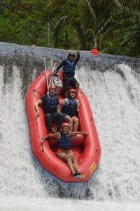 4 people in a raft falling doiwn a weir in telaja waja river