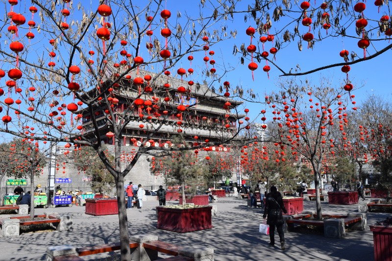 The drum tower in Xián behind thousands of tiny red chinese lanterns